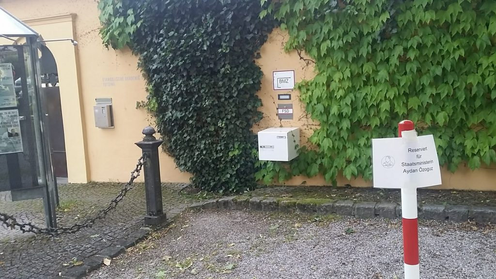 Eingang Ev. Akademie Tutzing reservier tfür Staatsministerin